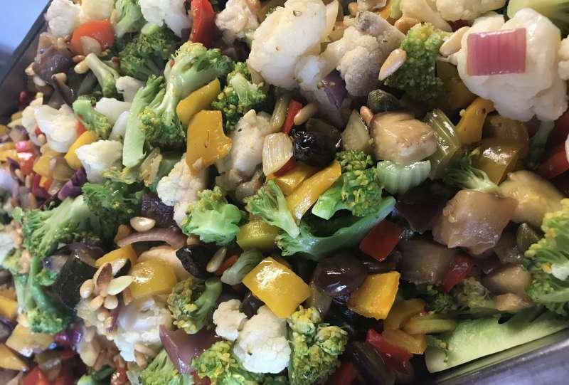 Un colorato piatto di verdure stufate e semi
