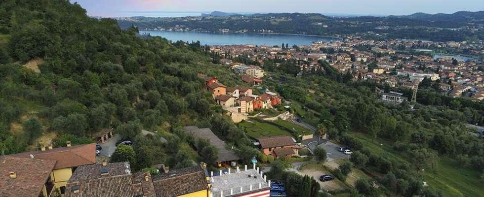 Vista di Villa Bissiniga e del Golfo di Salò dall'alto