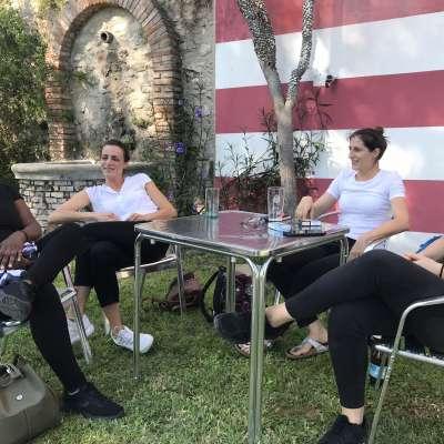 Le ragazze fanno una pausa al bar piscina di Villa Bissiniga  having a break at the pool level of Villa Bissiniga